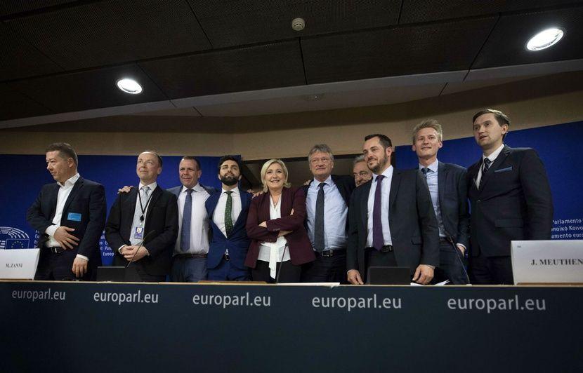 Bruxelles: Marine Le Pen applaudie pendant une conférence de presse, un journaliste proteste et rappelle le règlement