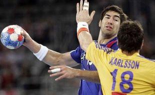 Nikola Karabatic face à un joueur suédois, en 2009, à Zagreb.
