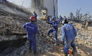 Des secouristes à l'oeuvre sur ce qui était le port de Beyrouth, le 7 août 2020 au Liban.