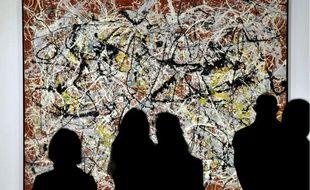 Des visiteurs admirent l'oeuvre de Jackson Pollock, dans une exposition consacrée à l'artiste américain, au Japon, le 10 février 2012.