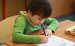 Un enfant en train de faire des exercices à l'école.