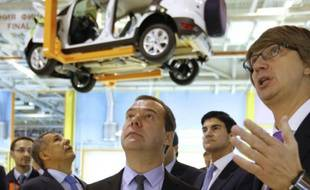 Le Premier ministre russe Dmitri Medvedev (centre) écoute les explications du PDG de Sollers Vadim Chvetsov lors d'une visite de l'usine Ford Sollers à Naberejnye Tchelny au Tartastan le 2 décembre 2014