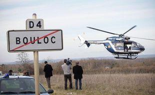 Un hélicoptère de la gendarmerie participe aux recherches de Patricia Bouchon, la joggeuse disparue près de Bouloc (nord de la Haute-Garonne), le 16 février 2011.