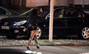 Une prostituée devant un hôtel (photo d'illustration).