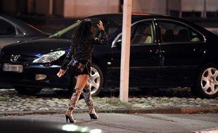 Une prostituée devant un hôtel (photo d'illustration).