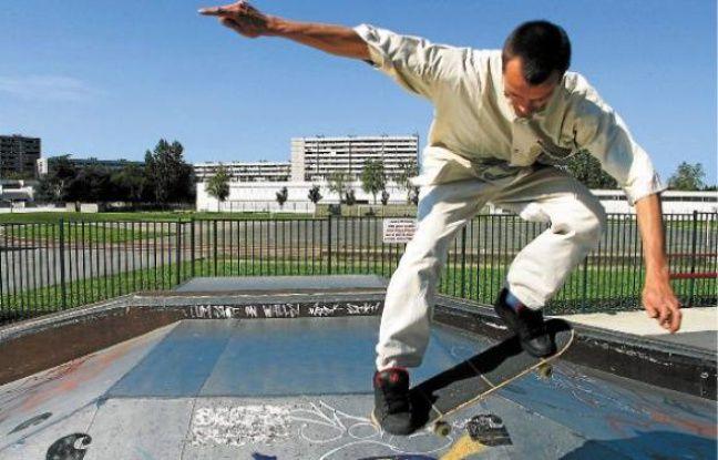 Le Toulousain «greeter» peut proposer un ride de skate à un jeune touriste.