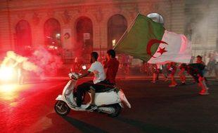 Des supportes algériens fêtent la victoire de l'Algérie en Coupe du Monde, dans les rues de Marseille, le 26 juin 2014