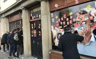 Les soutiens d'Alain Fontanel retirent les autocollants déposés par les manifestants sur son local de campagne le 11 janvier.