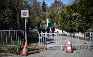 Des policiers enquêtent aux abords du domicile de Bernard et Dominique Tapie à Combs-la-Ville.