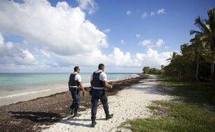 Des policiers au Gosier en Guadeloupe, en mars 2020.