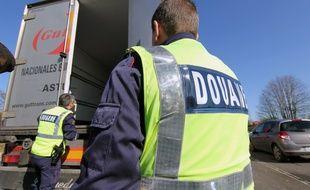 Illustration de douaniers lors d'une opération sur une aire d'autoroute en Bretagne.