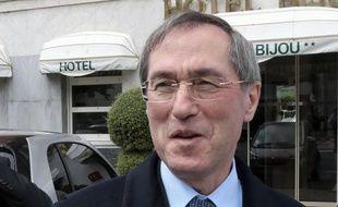 """L'ancien ministre de l'Intérieur Claude Guéant (UMP) a déclaré jeudi qu'il ne fallait pas inciter des minorités """"très criminogènes"""" d'origine roumaine ou bulgare, à s'ancrer en France."""
