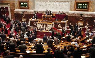 L'Assemblée nationale a adopté dans la nuit de mercredi à jeudi le Contrat première embauche (CPE) instauré dans le projet de loi sur l'égalité des chances par un amendement du gouvernement, au terme d'une longue bataille de procédure menée avec âpreté par la gauche.