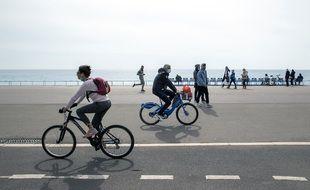 Des cyclistes sur la promenade des Anglais, le 21 mars 2021