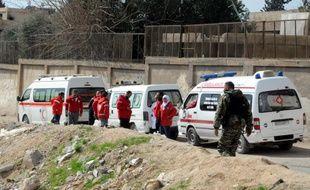 Des ambulances syriennes attendent d'entrer dans la Ghouta orientale pour évacuer les civils