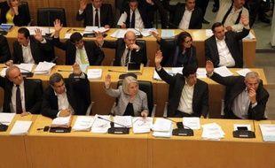 Le Parlement de Chypre est engagé samedi dans une course contre la montre pour conclure avant lundi avec les partenaires européens un plan de sauvetage de l'île méditerranéenne, paralysée depuis une semaine.