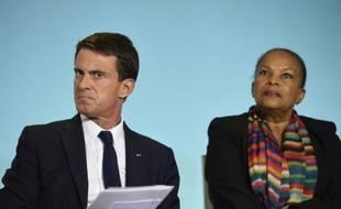 Le Premier Manuel Valls et la Garde des Sceaux Christiane Taubira donnent une conférence de presse sur la sécurité routière le 2 octobre 2015 à Paris