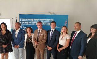 Stéphane Ravier, entouré des sept autres têtes de liste par secteur pour les élections municipales de 2020 à Marseille.