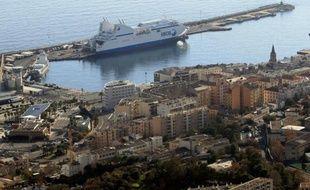 Un ferry de la SNCM à quai au port de Bastia le 9 décembre 2013