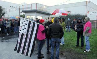 Des ex-salariés de Gad devant l'usine de Lampaul-Guimiliau (Finistère) le 13 dcéembre 2013