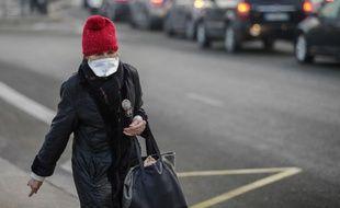 Une femme porte un masque pour se protéger de la pollution de l'air à Paris, le 23 janvier 2017.