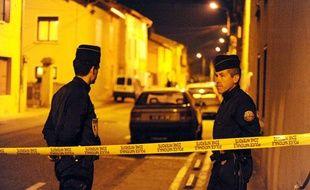 Des gendarmes bloquent la rue où deux cadavres d'enfants ont été découverts dans le coffre d'une voiture, le 27 octobre 2009 à Bourgoin-Jallieu.