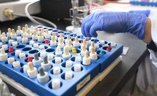 Un scientifique avec des échantillons de tests, en Belgique, le 11 mars.