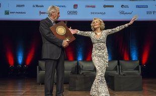 Jane Fonda a reçu le prix lumière 2018 vendredi soir à Lyon des mains de Costa Gavras.