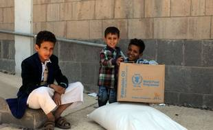 Sanaa (Yémen), le 24 septembre 2017. Des enfants déplacés par le conflit reçoivent une ration de nourriture dans un centre de distribution.