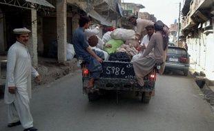 Au Waziristan du Nord, des commerçants pakistanais fuient devant l'escalade annoncée de l'offensive militaire pakistanaise contre les rebelles islamistes talibans et al-Qaïda, le 18 juin 2014 à Miranshah