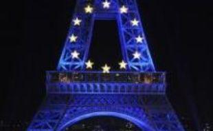 Le ministre des Affaires étrangères Bernard Kouchner a allumé en bleu la Tour Eiffel lundi à 23h07, quelques instants avant le début de la présidence française de l'Union européenne, le 1er juillet, symbolisée par les douze étoiles dorées du drapeau européen