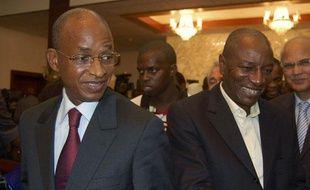 Le président-élu de Guinée Alpha Conde (D), et le candidat vaincu Cellou  Dallein Diallo, lors d'un meeting au palais Sekhoutoureyah, le 6  novembre 2010.
