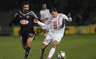 Le Lillois Eden Hazard (en blanc), lors d'un match contre Bordeaux et Fahid Ben Khalfallah, le 27 novembre 2010 à Bordeaux.