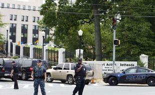 Des officiers de police sécurisent l'une des portes d'entrée de l'hôpital Walter Reed près de Washington.