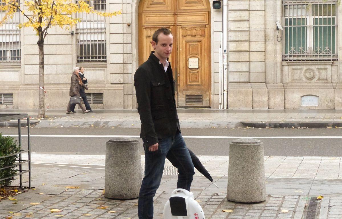 Le 18/11/2014 à Lyon. Des ingénieurs lyonnais ont créé le monowheel, une roue électrique qui permet de se déplacer en ville. L'usage de ce monocycle, très répandu en Orient, est peu développé en France. – Elisa Riberry / 20 Minutes