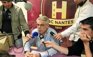 L'entraîneur du HBC Nantes Thierry Anti préfère manier l'humour devant l'hécatombe de blessés.