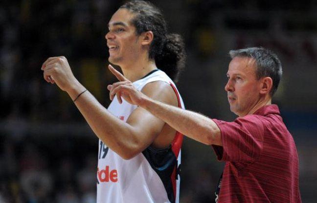 Joakim Noah et le coach de l'équipe de France, Vincent Collet, pendant l'Euro 2009.
