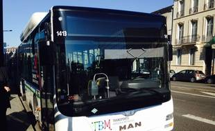 Nouveau logo TBM sur un bus de la Lianes 1+ à Bordeaux