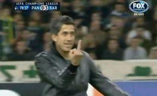 Capture d'écran du streaker faisant un doigt d'honneur à Messi