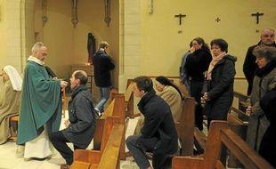 La cérémonie a lieu quatre fois par semaine dans la chapelle des Clarisses.