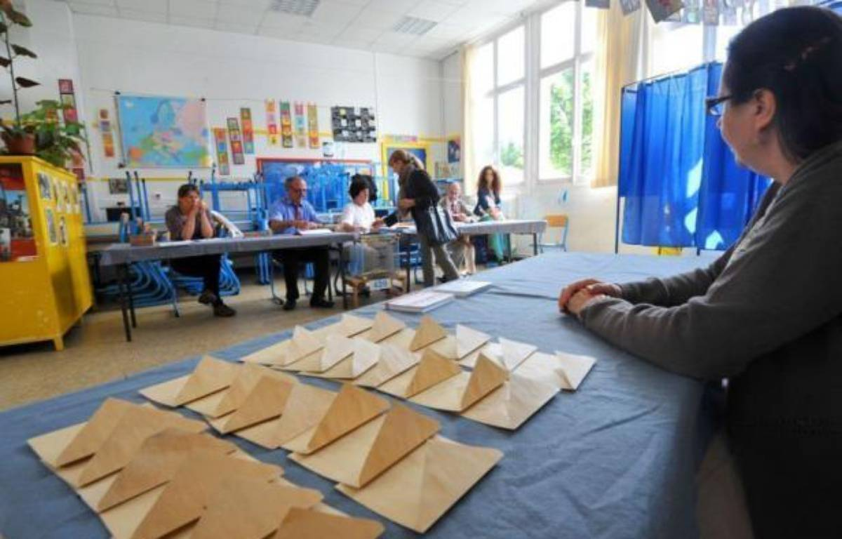 Le taux de participation au second tour des élections législatives en métropole atteignait 46,42% dimanche à 17H00, selon le ministère de l'Intérieur, en baisse de près de deux points par rapport au premier tour à la même heure, 48,31%. – Frank Perry afp.com