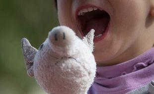 Une fillette avec une peluche. Illustration