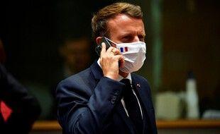 Emmanuel Macron au téléphone lors d'un sommet à Bruxelles en juillet 2020.