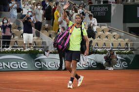 Rafael Nadal salue la foule malgré la défaite contre Novak Djokovic en demi-finale de Roland-Garros.