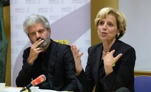 La présidente d'Amnesty International France, Genevieve Garrigos et Laurent Gaude (G) lors du lancement d'une nouvelle campagne contre la torture le 12 mai 2014 à Paris