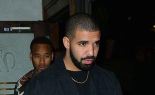 Le chanteur Drake dans les rues de Beverly Hills