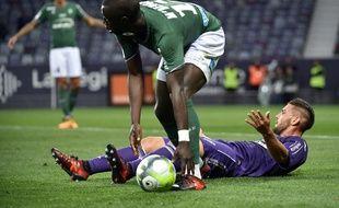 L'attaquant du TFC Andy Delort (au sol) a peiné face au Saint-Etienne de Cheikh M'engue, le 29 octobre 2017 au Stadium de Toulouse.