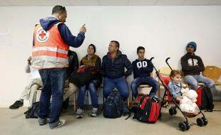 Des réfugiés pris en charge par la Croix-Rouge à leur arrivée le 9 septembre 2015 à Champagne-sur-Seine