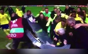 L'équipe de foot de Suède détruit un plateau TV - Le Rewind
