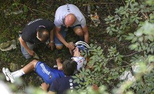 Remco Evenepoel pris en charge par les secours juste après la chute.